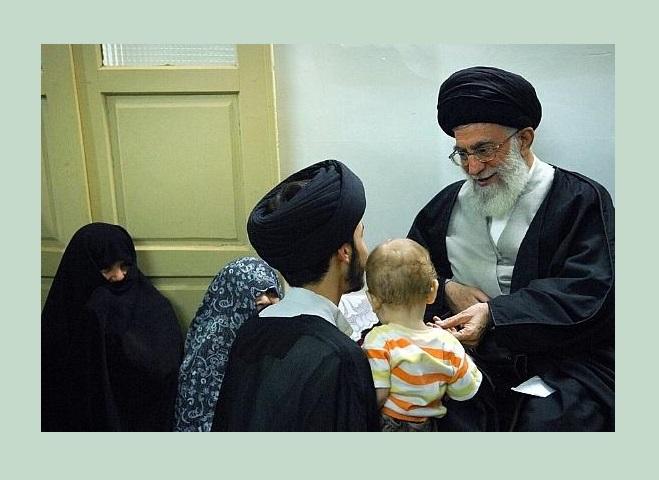 قصّة زيارة الإمام القائد الخامنئي دام ظله عائلة الشهيدين يزدي