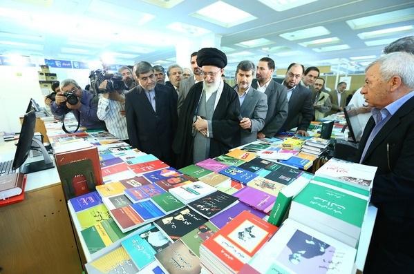 بالصور، سماحة الإمام الخامنئي يتفقد معرض طهران الدولي للكتاب