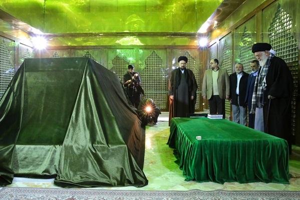 قائد الثورة الإسلامية يزور مرقد الإمام الخميني (ره) + صور