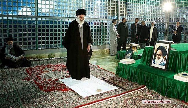 القائد يزور مرقد الامام الخميني (قدس) في اليوم الأول من إحتفالات عشرة الفجر المباركة