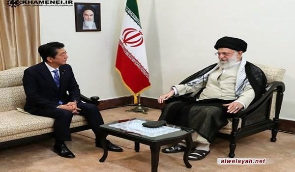قائد الثورة الإسلامية يستقبل رئيس الوزراء الياباني