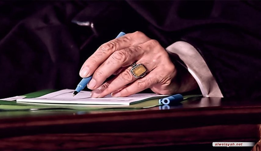 قائد الثورة الإسلامية يعزي بوفاة والدة القائد العام للجيش الإيراني