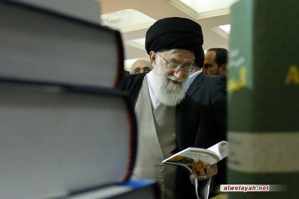 ما الكتب التي تصفحها قائد الثورة الإسلامية في معرض الكتاب