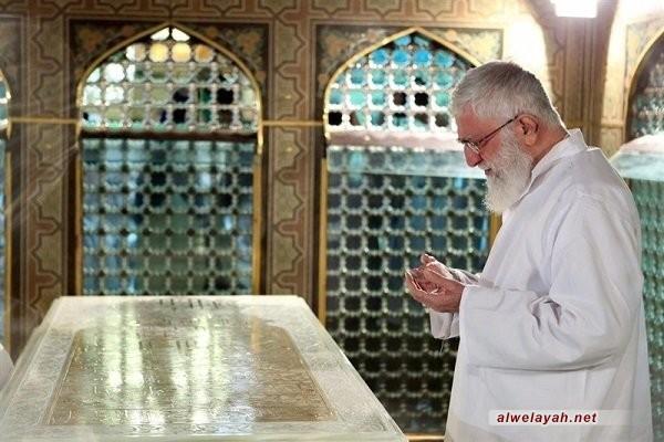إزالة الغبار عن مضجع الإمام الرضا (ع) بحضور قائد الثورة الإسلامية