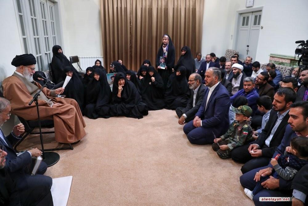 قائد الثورة الإسلامية يستقبل اسر 6 شهداء الدفاع عن امن إيران