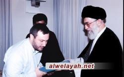 إهداء أسرة الشهيد عماد مغنية صورة تذكارية تجمع الإمام الخامنئي بوالدي الشهيد