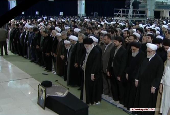 قائد الثورة الإسلامية يؤدي صلاة الميت على جثمان آية الله الهاشمي الشاهرودي