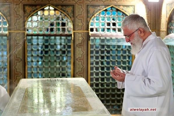 مراسم إزالة الغبار عن ضریح الإمام الرضا (ع) بحضور قائد الثورة الإسلامية