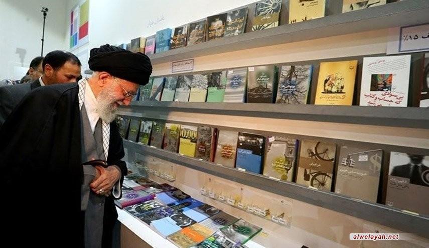 الإمام الخامنئي يزور معرض طهران الدولي للكتاب