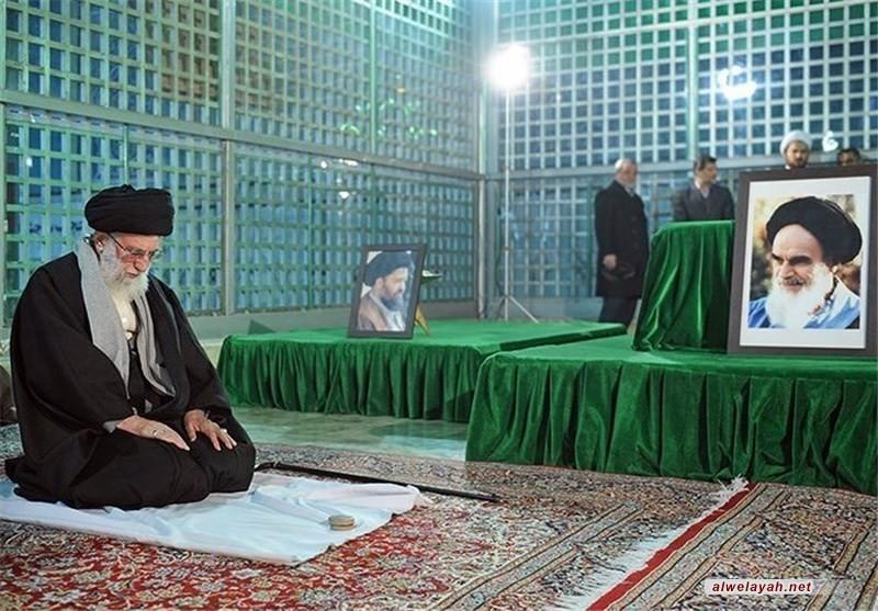 قائد الثورة الإسلامية يزور مرقد الإمام الخميني (ره) وشهداء الثورة الإسلامية