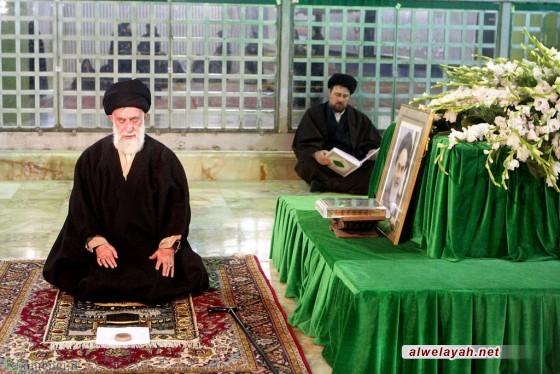 القائد يزور المرقد الطاهر للإمام الخميني (قدس)