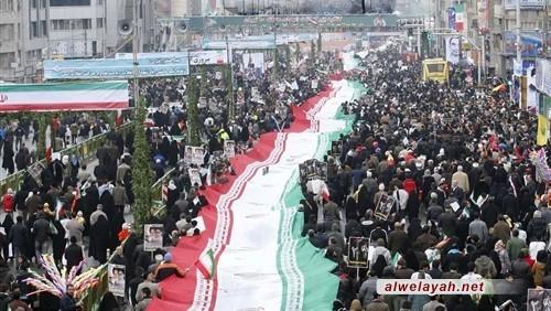 أطول علم للجمهورية الإسلامية على أيدي المشاركين في مسيرات بهمن