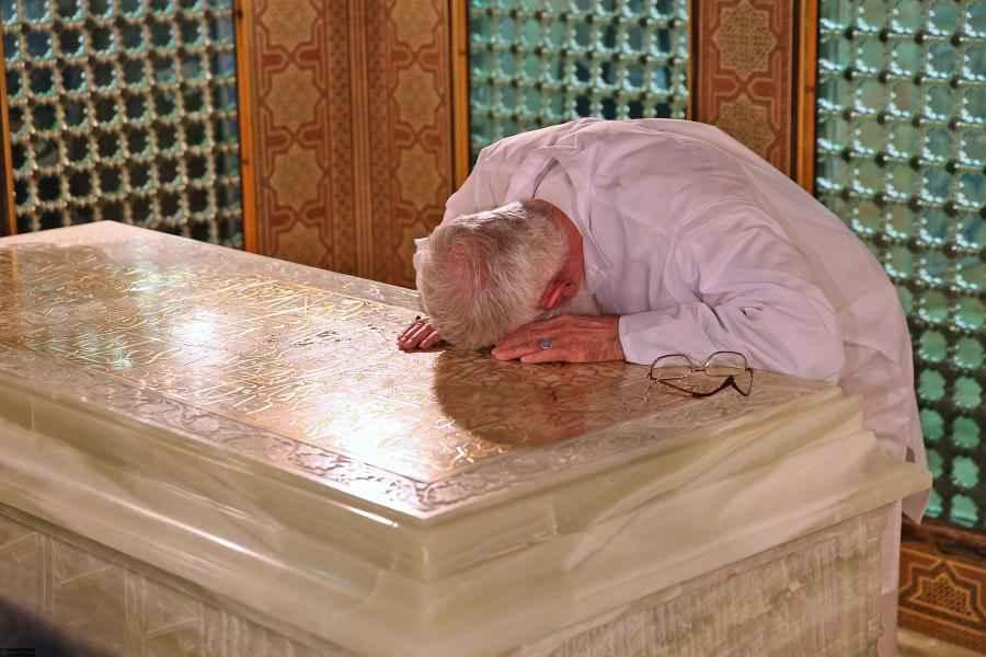 مشاهد للإمام الخامنئي في حرم الإمام الرضا (عليه السلام) تنشر للمرة الأولى