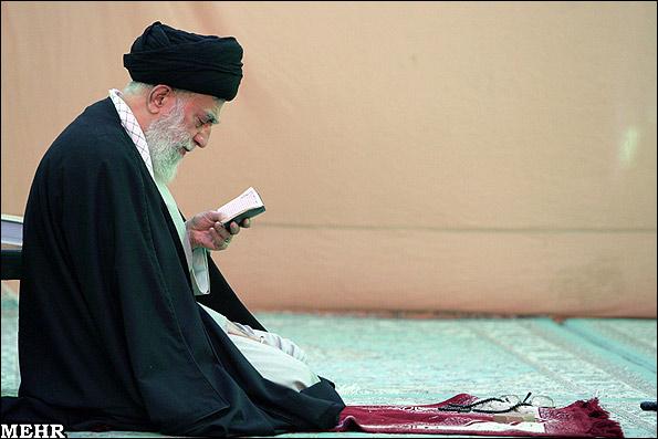 الإمام الخامنئي يبين أهمية التضرع إلى الله