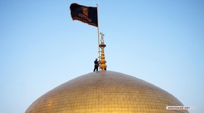 استبدال راية قبة الإمام الرضا حدادا على الشهيد سليماني