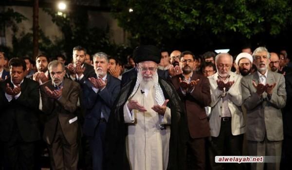 قائد الثورة الإسلامية يستقبل جمعا من الشعراء وأساتذة اللغة والأدب