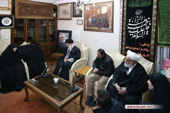 قائد الثورة الإسلامية يحضر في منزل الشهيد الفريق الحاج قاسم سليماني