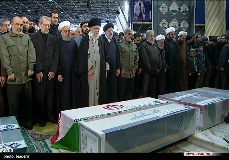 قائد الثورة الإسلامية يؤدي الصلاة على جثماني الشهيدين الفريق قاسم سليماني وأبو مهدي المهندس في طهران