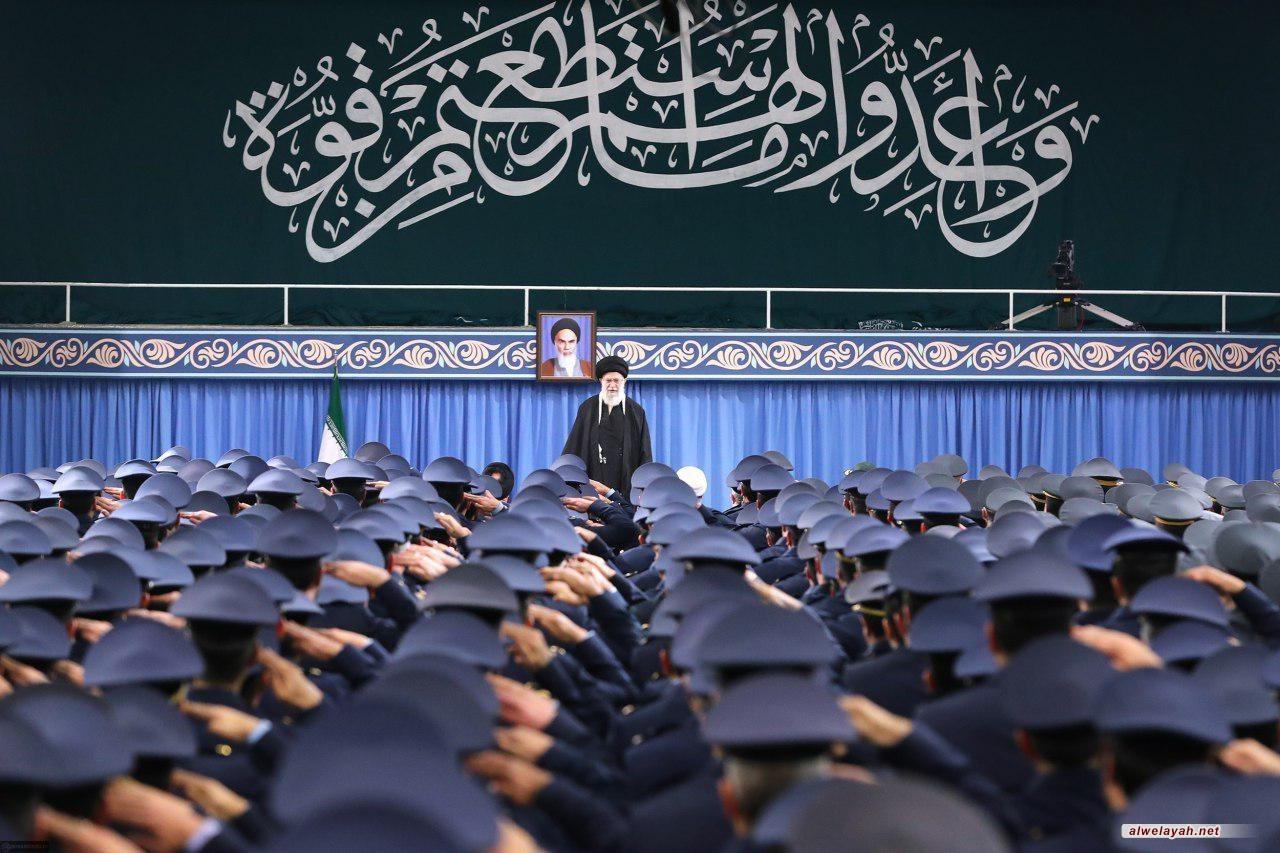 قادة وكوادر القوة الجوية يلتقون قائد الثورة الإسلامية