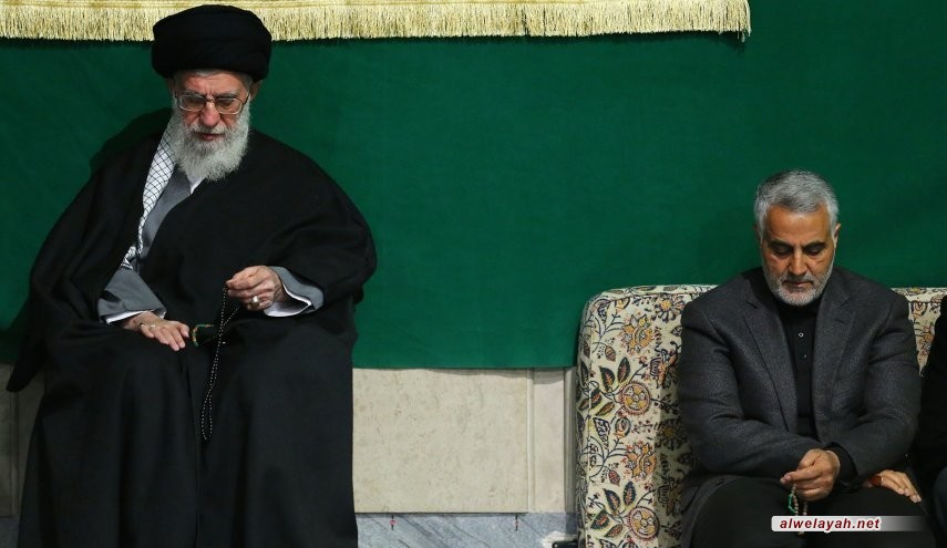 قائد الثورة الإسلامية يؤمّ الصلاة على جثمان الشهيد سليماني