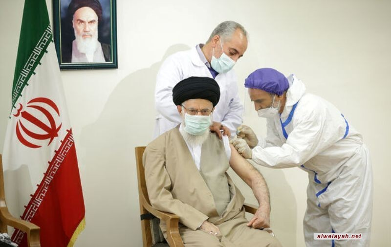 الإمام الخامنئي يتلقى الجرعة الأولى من لقاح كورونا الإيراني