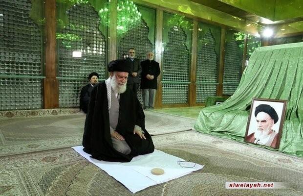 قائد الثورة الاسلامية يزور مرقد مفجر الثورة الإسلامية الامام الخميني (ره) + صور