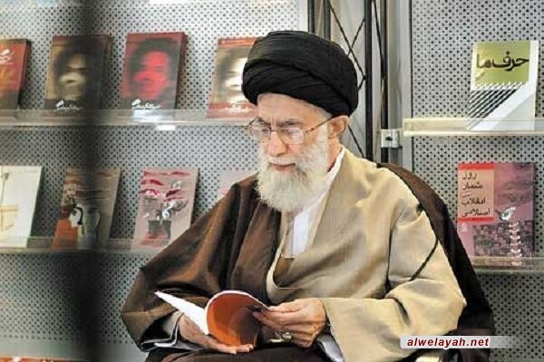 بمناسبة أسبوع الكتاب في إيران؛ الإمام الخامنئي: جميع أفراد عائلتي يغفون وهم يطالعون كتابا