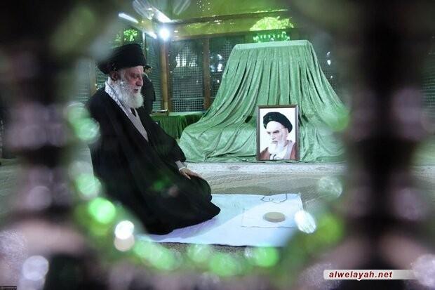 شاهد.. الإمام الخامنئي (دام ظله) يروي آخر لحظات حياة الإمام الخميني (ره)