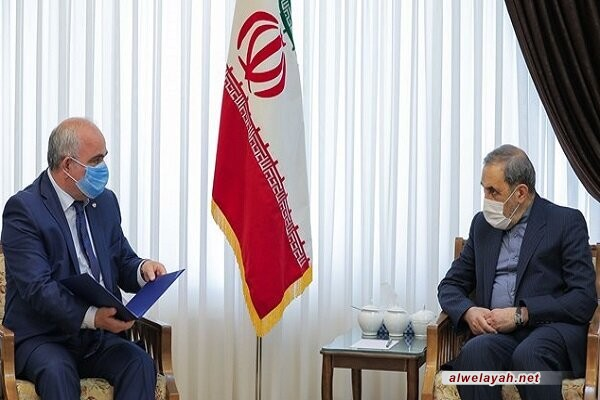 السفير الروسي لدى إيران يسلم ولايتي رسالة من بوتين لقائد الثورة