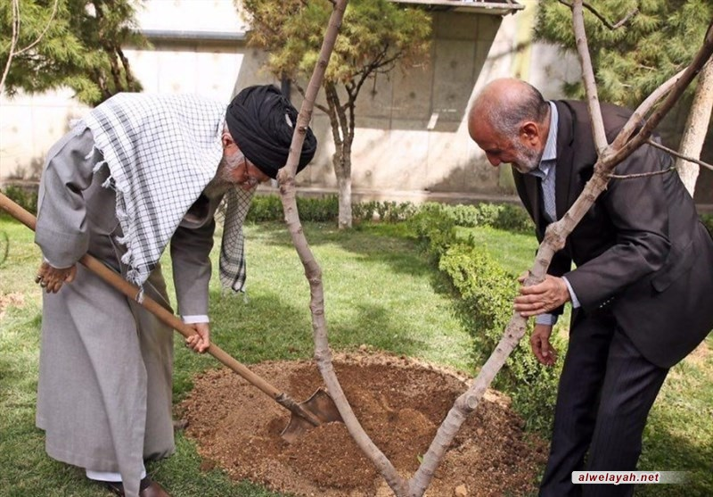 الإمام الخامنئي يغرس شتلتين للفاكهة بمناسبة يوم الشجرة