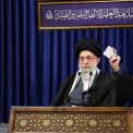ماذا كُتب على اللوحة التي ظهرت خلف قائد الثورة الإسلامية؟