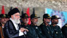 قائد الثورة الإسلامية يحضر مراسم تخرج ضباط جامعة الإمام الحسين (ع)